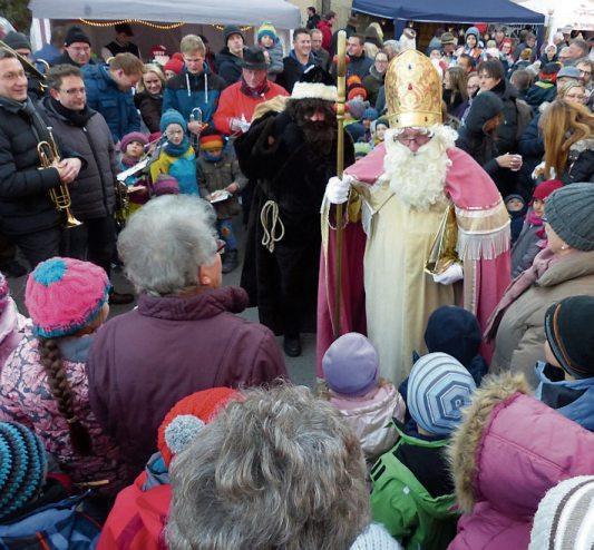 Jahr für Jahr dicht umlagert ist der Nikolaus, wenn er mit seinem Sack voller Geschenke auf dem Hirrlinger Weihnachtsmarkt eintrifft. Archivbild: Bauknecht