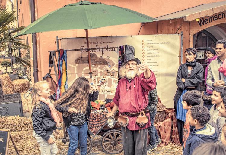 """""""William der Zauberer"""" lässt die Menge in die magische Welt eintauchen. FOTOS: PROJEKTTEAM"""