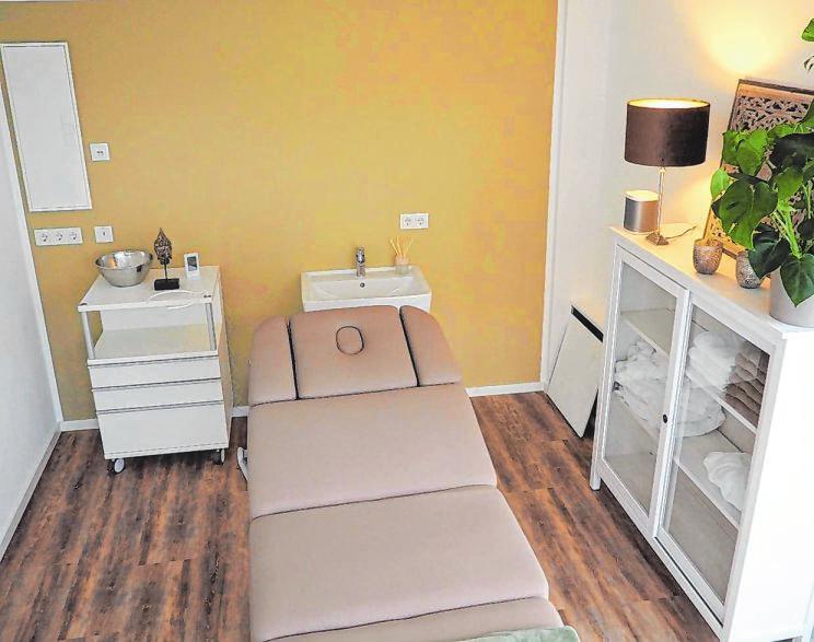 Auch Wellnessanwendungen und Massage gehören zum Portfolio. Das Haus an der Bahnhofstraße 45 ist aufwändig saniert worden. Fotos: goeb