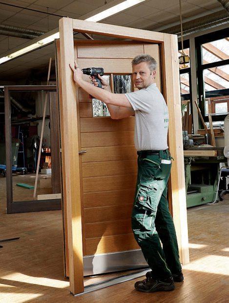 Dieter Erath mit einer eigens gefertigten, soliden Holztür