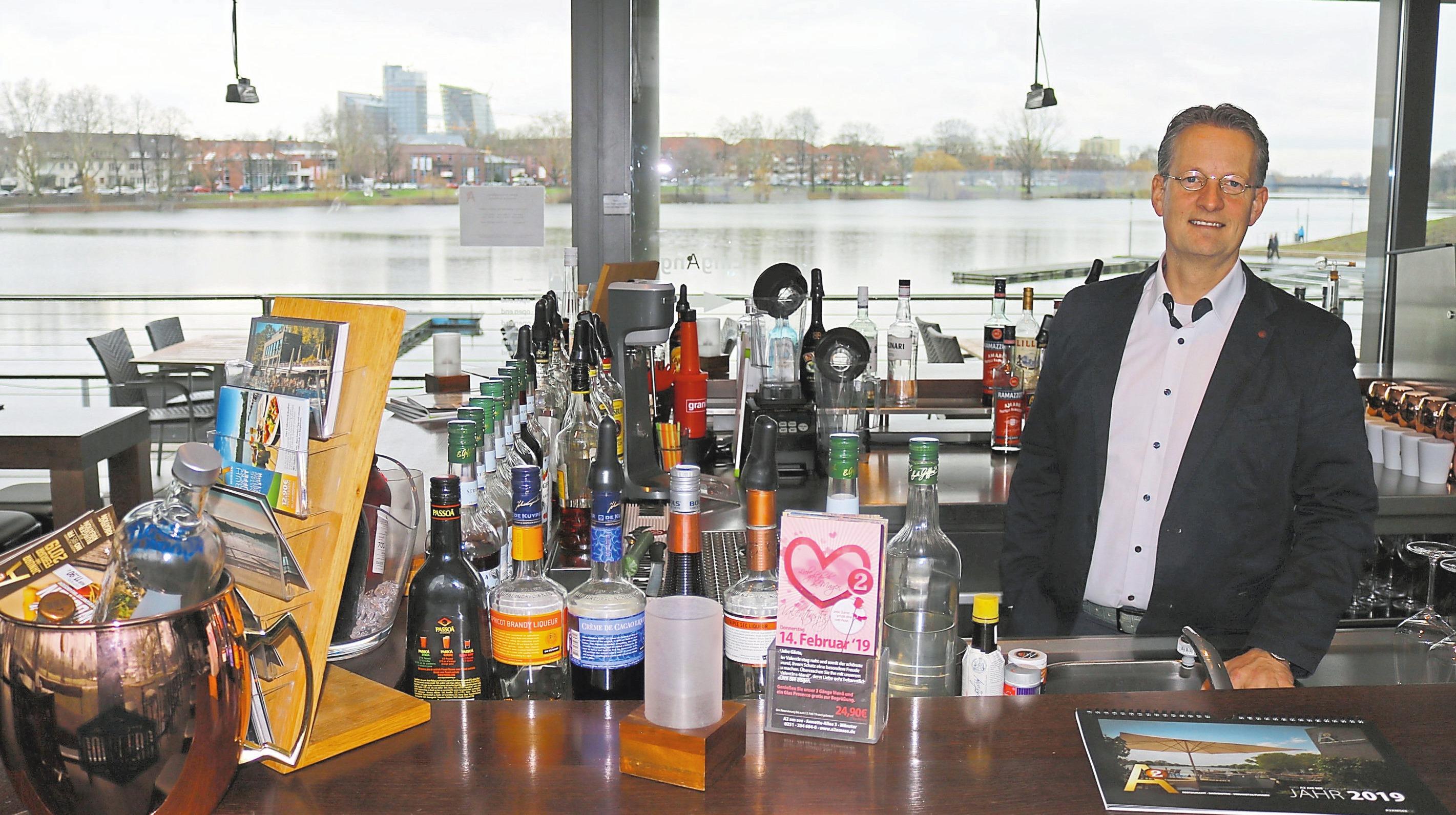 Aussichtsreich: den Seeblick genießt Inhaber Andreas Hartmer am liebsten vom Bistro im ersten Stock aus.