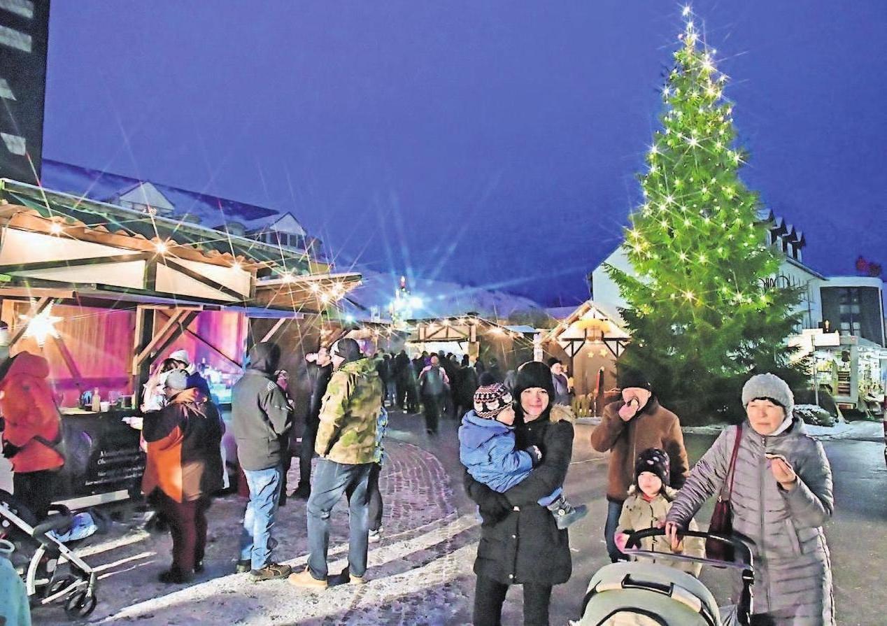 Das vorweihnachtliche Ambiente nutzten vor allem viele Familien für einen Spaziergang zum Markt. Foto: Norbert Kleinteich
