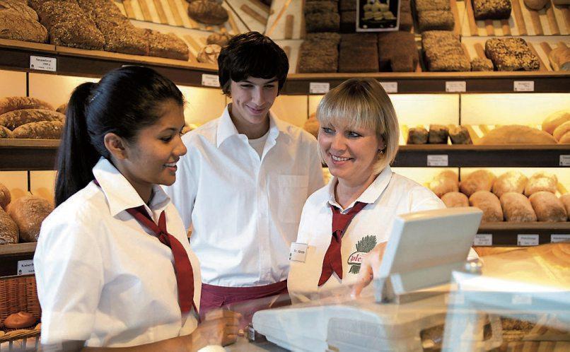 Die Fachverkäuferin kennt alle Produkte genau und kann die Kunden beraten.
