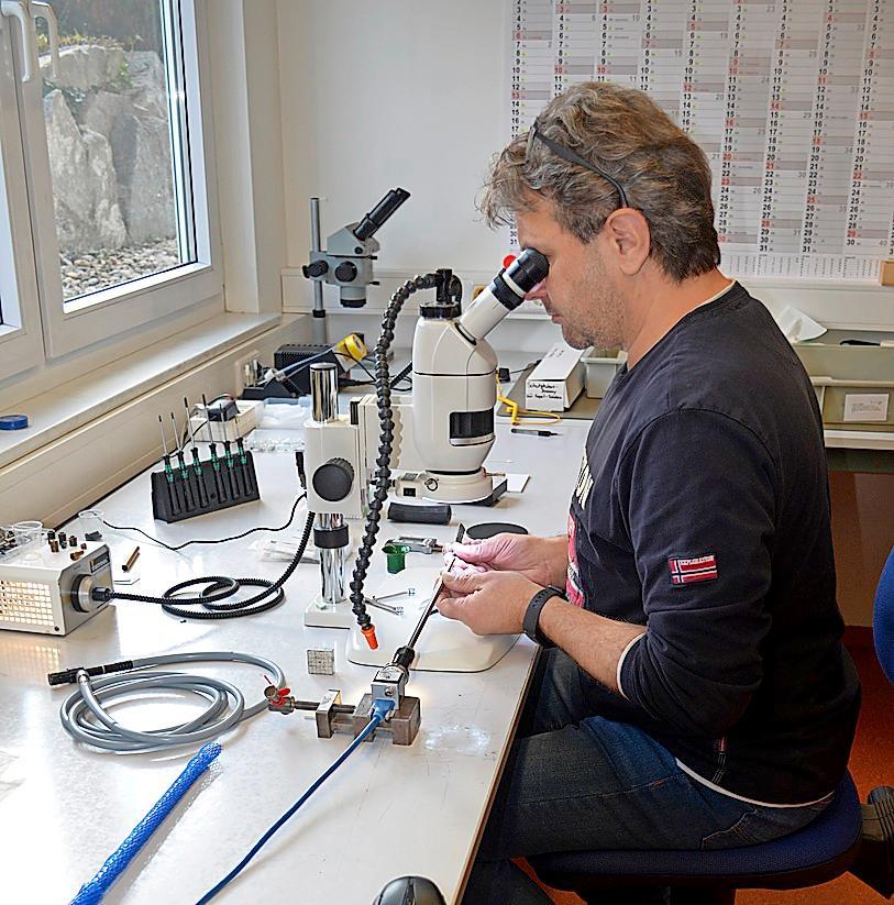 Feinmotorik und Mikroskop sind bei derHerstellung von Endoskopen unentbehrlich.