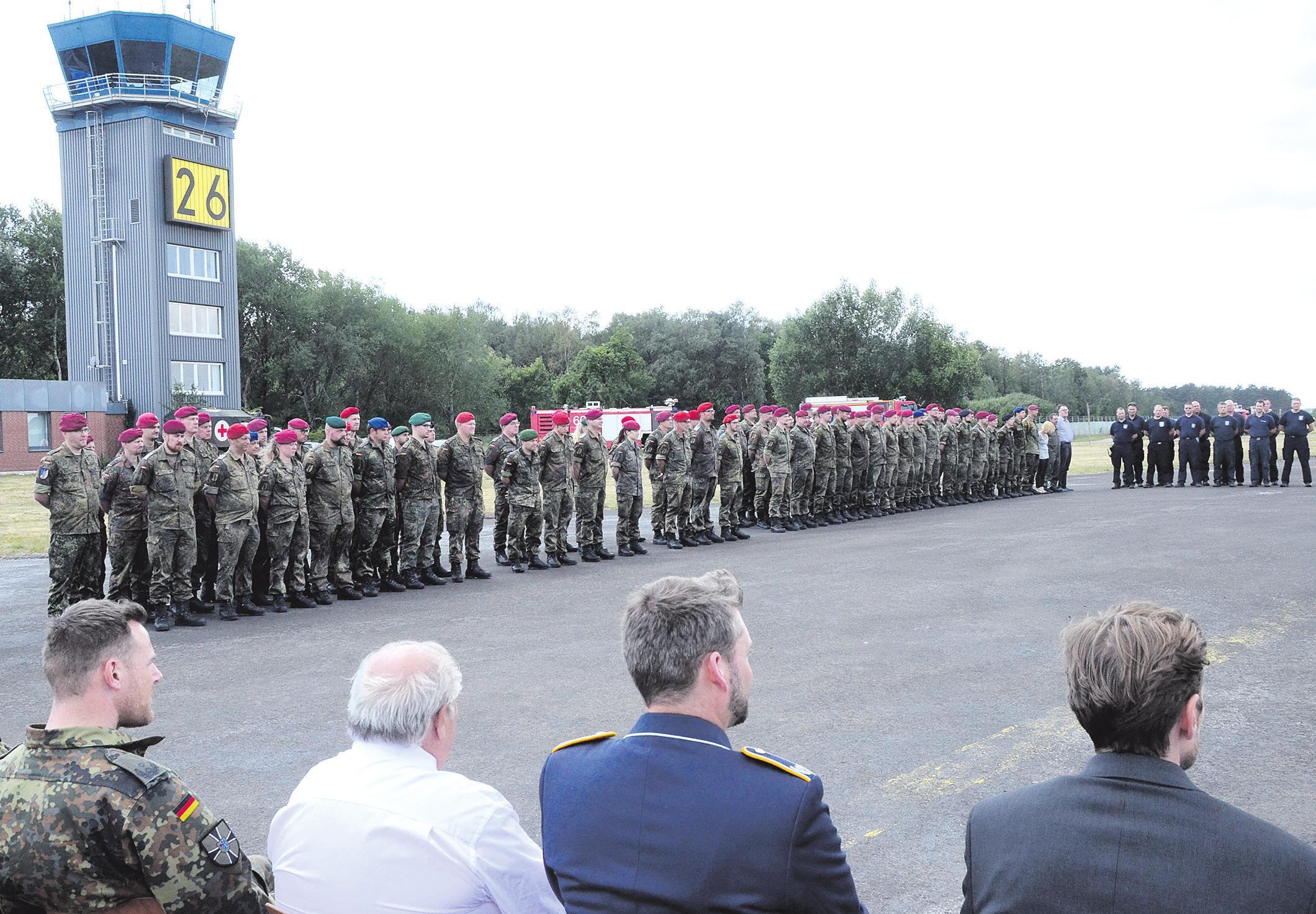 Zur offiziellen Übergabezeremonie des neuen Radarsystems ASR-S wurde auf dem Heeresflugplatz Celle im Ortsteil Wietzenbruch ein feierlicher Appell abgehalten. Fotos: Wasinski