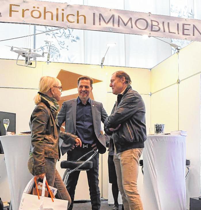 Jörg Fröhlich (Mitte) mit Besuchern der Messe. BILD: RUFFLER