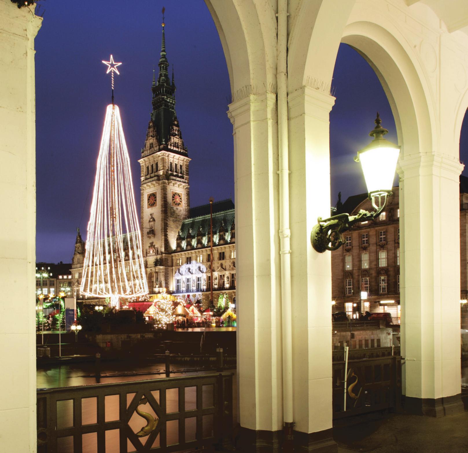 Der Blick von den Alsterarkaden über Binnenalster Richtung Rathaus-Weihnachtsmarkt. Foto: Christian Sparbier