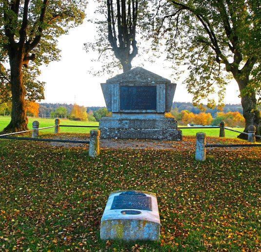 An den französischen Offizier Latour d'Auvergne und die bei einer Schlacht im Jahr 1800 getöteten bayerischen, österreichischen und französischen Soldaten erinnert ein Denkmal.