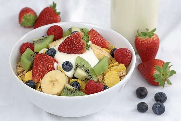 Zum Frühstück ideal: ein Buttermilch-Quark mit frischen Früchten, der lange satt macht und den Magen nicht beschwert.FOTOS: DJD/MOLKEREI ALOIS MÜLLER/SHUTTERSTOCK/M. MAINKA