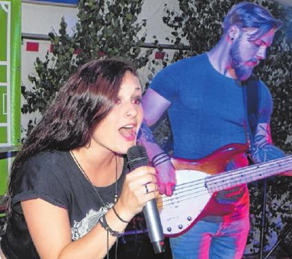 """Lisa Strothmann ist die Frontfrau von """"Leeeza"""". Die Balinger Band macht am Freitagabend die Musik zum Markt."""