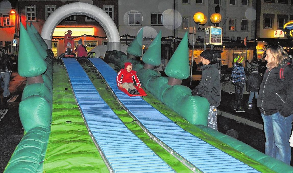 Zum Rodeln auf der großen Doppelrodelbahn sind alle Kinder eingeladen.
