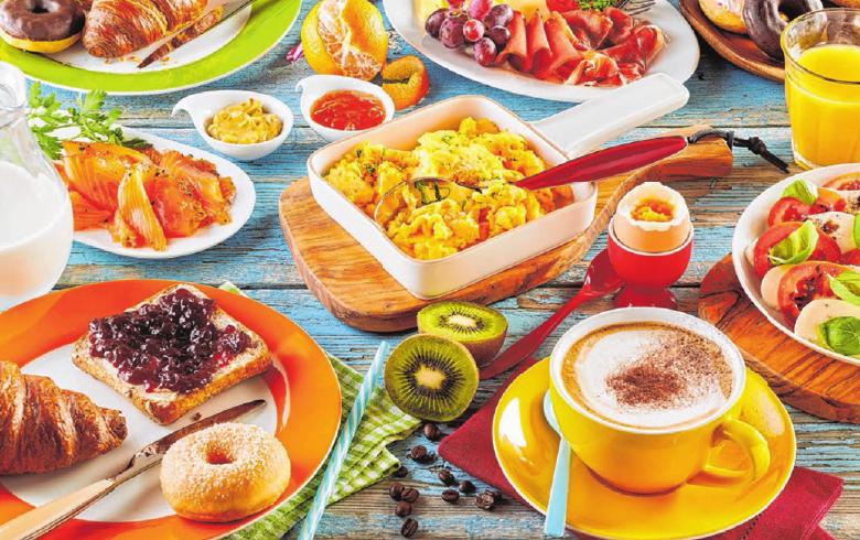 Toast mit Marmelade, Rührei, Räucherlachs, Obst, Tomate mit Mozzarella – im Café gibt es Frühstück in beliebiger Vielfalt und für jeden Geschmack.        Foto: Stockcreations/Shutterstock.com