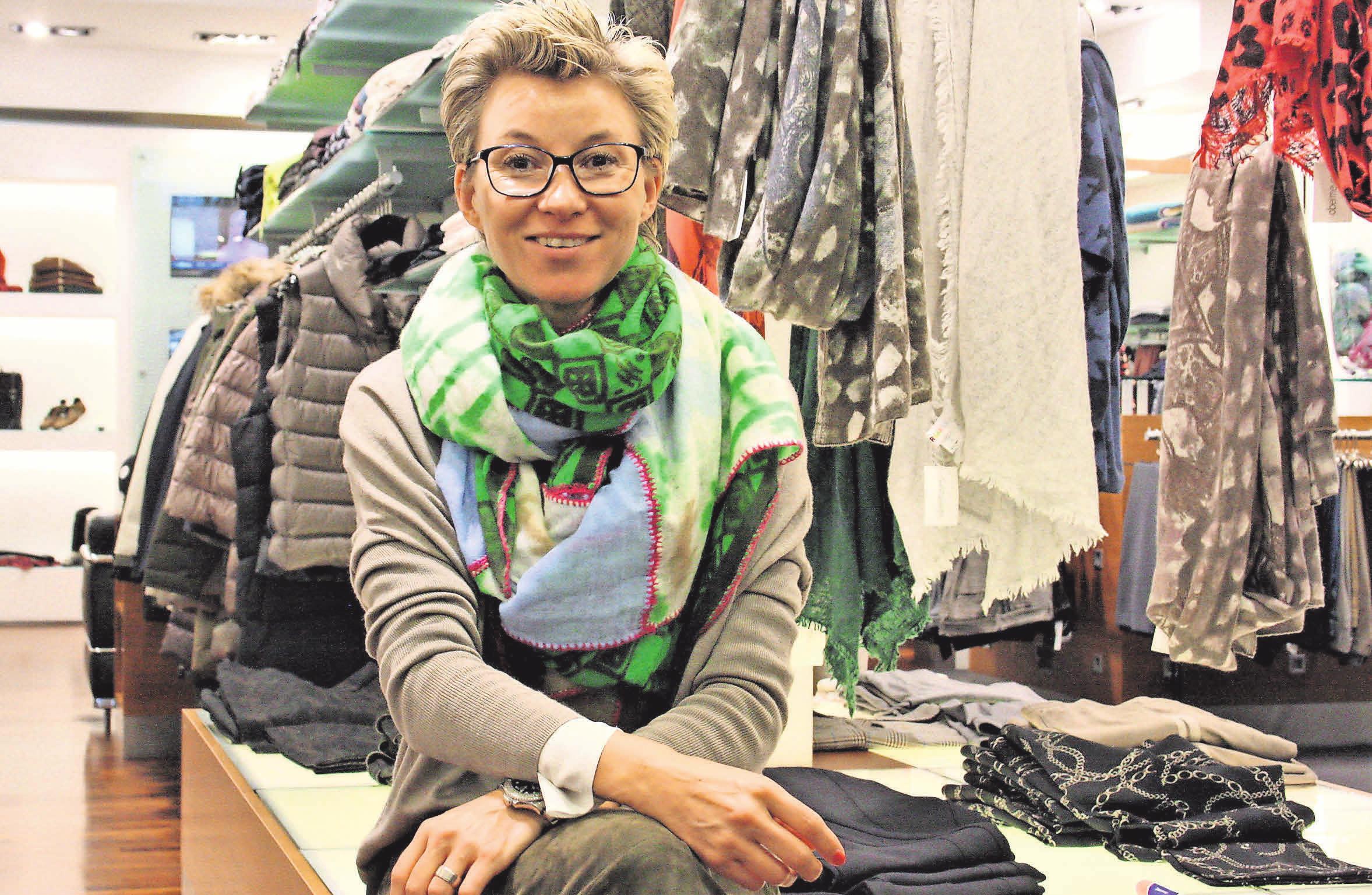 Julia Obermeyer und ihre MitarbeiterInnen haben die passende Mode für Herbst und Winter: zum Beispiel kuschelige Halstücher und wärmende Jacken.