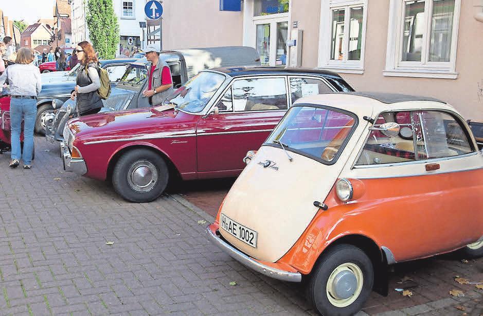 Von der Isetta bis zum Mercedes: Die Oldtimerschau hat so manches blankgewienerte Schätzchen zu bieten. Foto: Dieter Heun