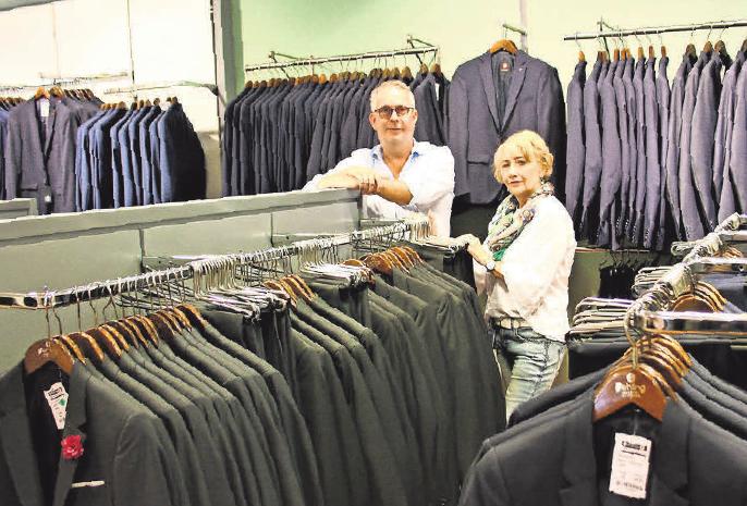 Jörg Fehling und Karola Höhner stehen den Kunden in der Herrenabteilung gerne hilfreich zur Seite. Foto: Fehling Modehaus