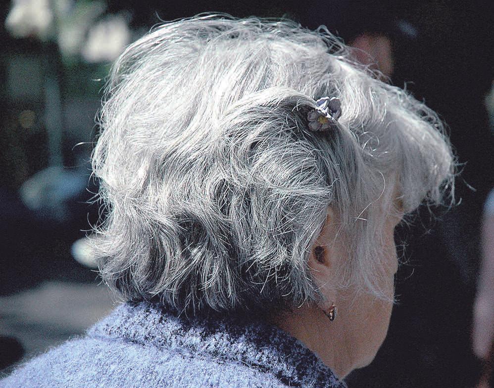 Das Auftreten mit grauem Haar kommt wieder mehr und mehr in Mode.