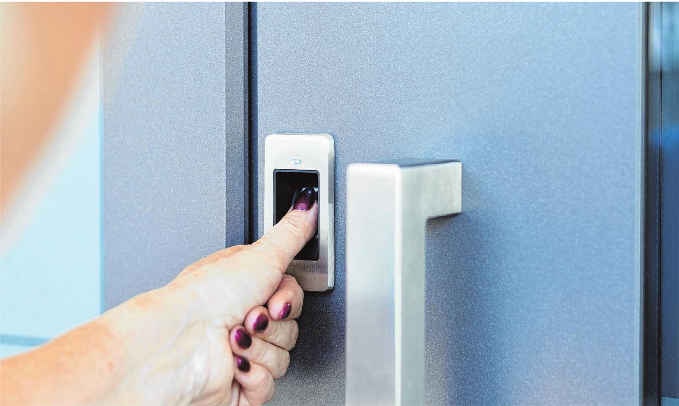 Wer ein Türschloss mit Fingerabdruckscanner hat, muss nie wieder im Regen nach dem Hausschlüssel kramen. Foto: michaelheim/Shutterstock.com