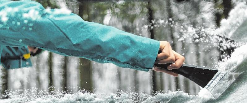 Damit die Scheibe im Winter richtig frei ist, gilt es einiges zu beachten. FOTO: INA FASSBENDER, TMN