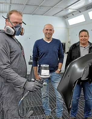 Lackierer Lars Frank und die Geschäftsführer Tim Seefluth und Rainer Paulsen (v.li.) setzen auf wasserlösliche Lacke und die neueste Lackiertechnologie. FOTO: MIK