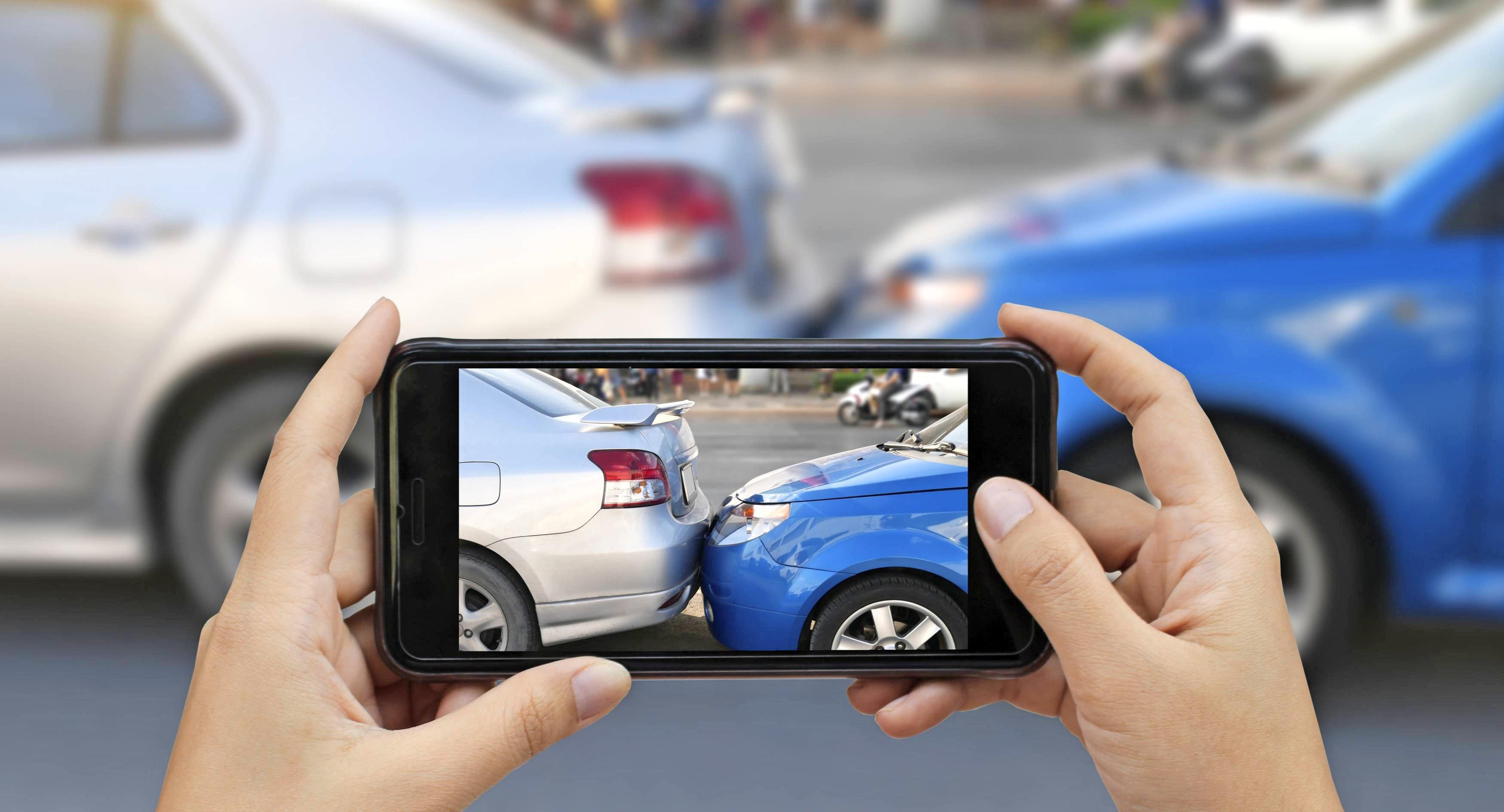 Den Unfall mit eigenen Fotos zu dokumentieren, kann hilfreich sein. Dank Smartphones ist das heute viel leichter als früher. Fotos: pairhandmade/stockadobe.com