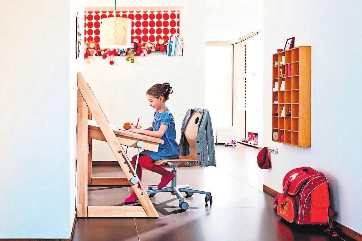 Der Schreibtisch gilt als Klassiker unter den wandelbaren Kinderzimmermöbeln und sollte sich vom ersten Schultag bis zum Studium an jede Lebensphase anpassen. Foto: djd/hab