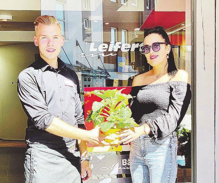 Blumenduft trifft Brötchenduft: Auch die Bäckerei Leifert verteilte in den Filialen die Sonnenblumen-Töpfe.