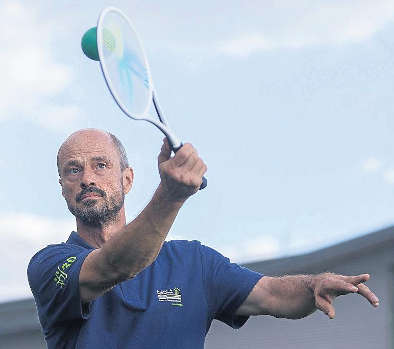 Ein Trainer führt Taiji Bailong Ball vor, das in China schon längst ein Volkssport ist. FOTOS: ANNEKATRIN WEIßE (3)