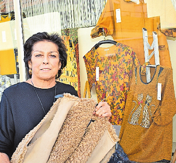 Führt das Textilhaus Schimbeno seit 43 Jahren: Ulrike Hauck. FOTO: SCHENK
