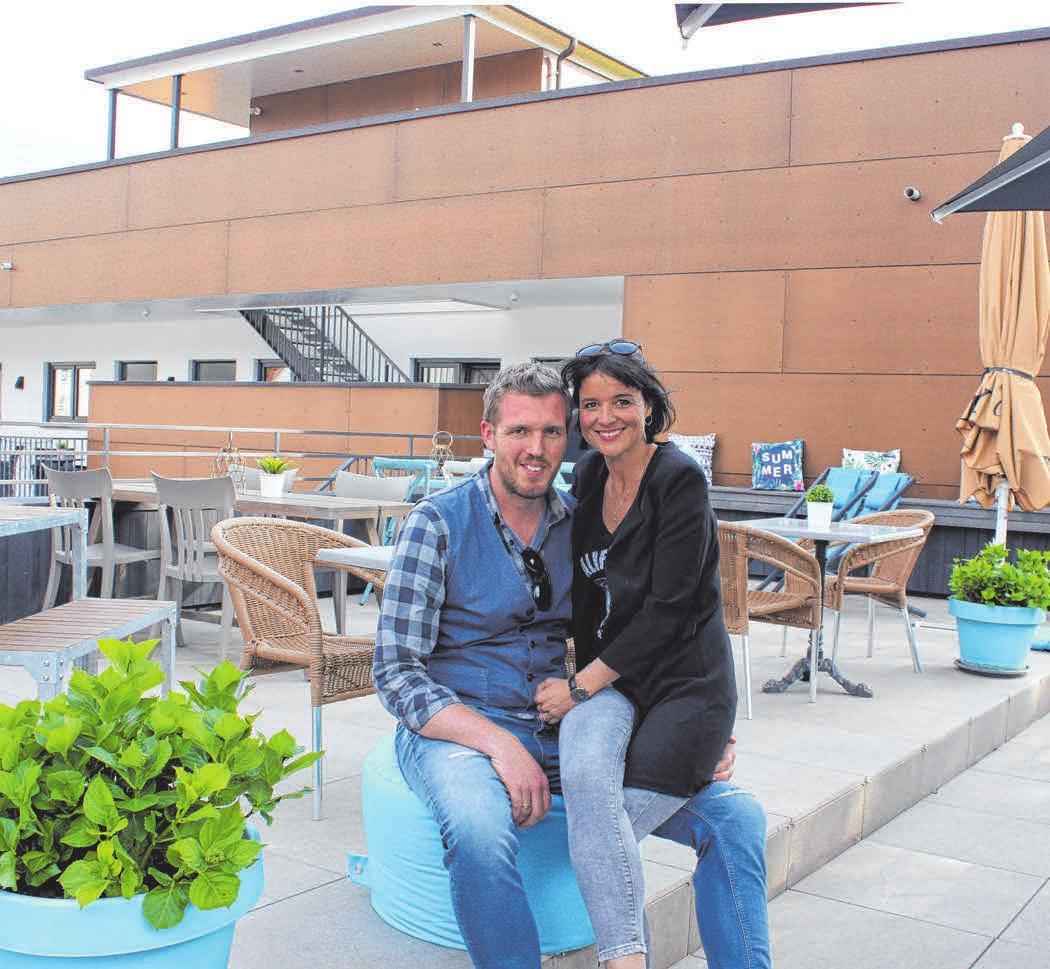 Draußen genießen: Boris und Melanie Kreutz laden Café- und Restaurantgäste auch gerne auf die Dachterrasse ein.