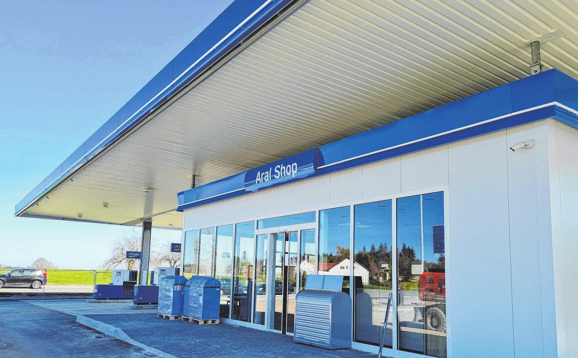 Der Eingangsbereich zum modern ausgestatteten Tankstellen-Shop mit bodentiefen Fenstern.