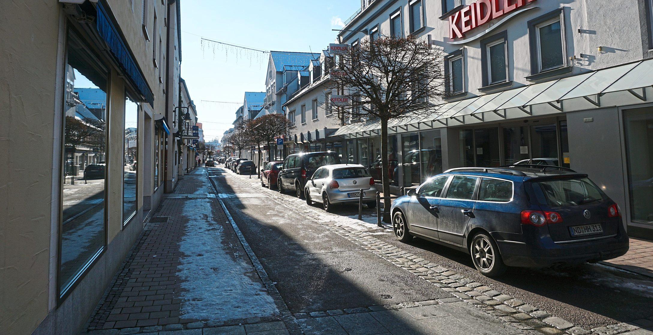 Nicht viel los in der Neuburger Innenstadt. Die Straßen sind weitgehend leer, Kaum Kunden unterwegs. Und die Türen der meisten Geschäfte sind zu. Click & Collekt macht den Einkauf allerdings nur unter bestimmten Voraussetzungen möglich. Das gilt zum Beispiel auch für frische Blumen, nach denen sich viele Kunden jetzt ganz besonders sehnen. Fotos: Hanne/Bartenschlager