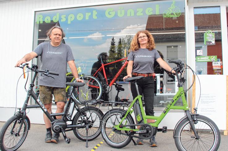 Thomas Günzel und seine Frau Edith bieten in ihrem Riedlinger Ladengeschäft derzeit günstige Restposten-Fahrräder aus dem vorigen Jahr an, aber auch aktuelle E-Bikes. Foto: Schmidl
