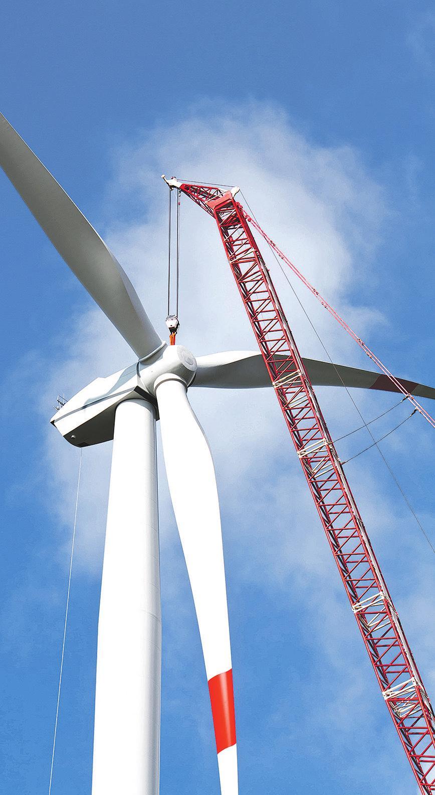 Errichtung einer Windkraftanlage. Der Zubau im ersten Halbjahr 2021 in Deutschland übertrifft bereits die Menge, die im gesamten Jahr 2019 installiert wurde. Fotos: grossimov - Fotolia
