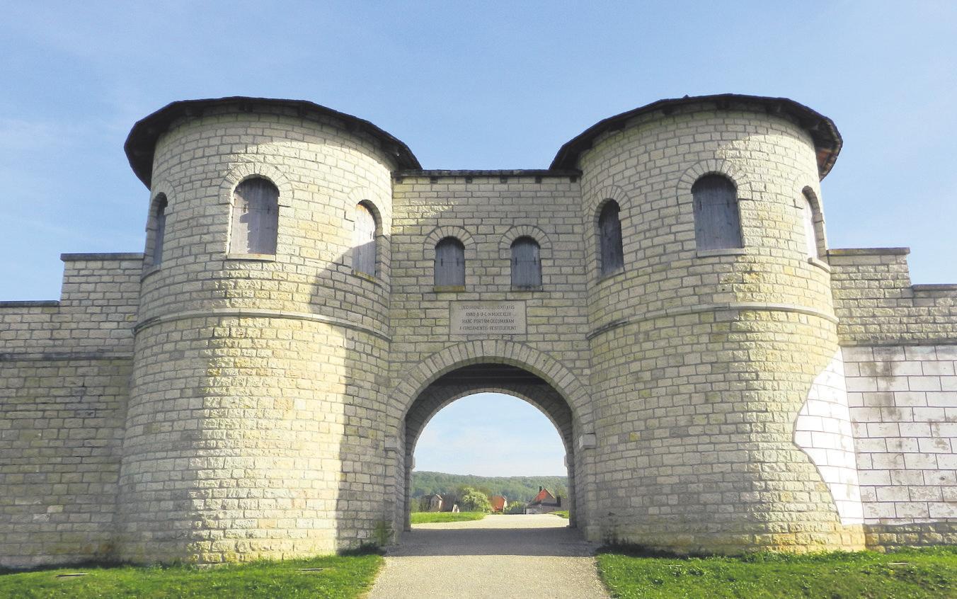 """Etwas abseits der Stadt ist das rekonstruierte Nordtor des ehemaligen Römerkastells """"Biriciana"""" zu erblicken."""