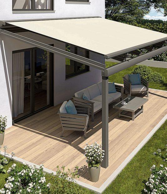 Ein Glasdach schützt die Terrasse bei Regen. Für den Sonnenschutz an heißen Tagen sorgt eine aufgesetzte Textilmarkise. Bild: djd/Lewens-Markisen