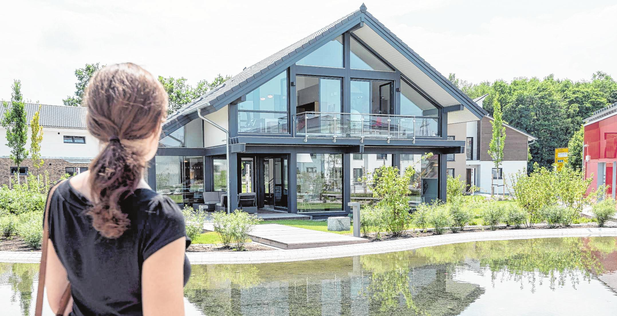 Große Fensterflächen lassen viel Licht ins Haus. Allerdings steigen dann auch die Anforderungen an den Sonnenschutz. BILD: DANIEL MAURER/DPA-TMN