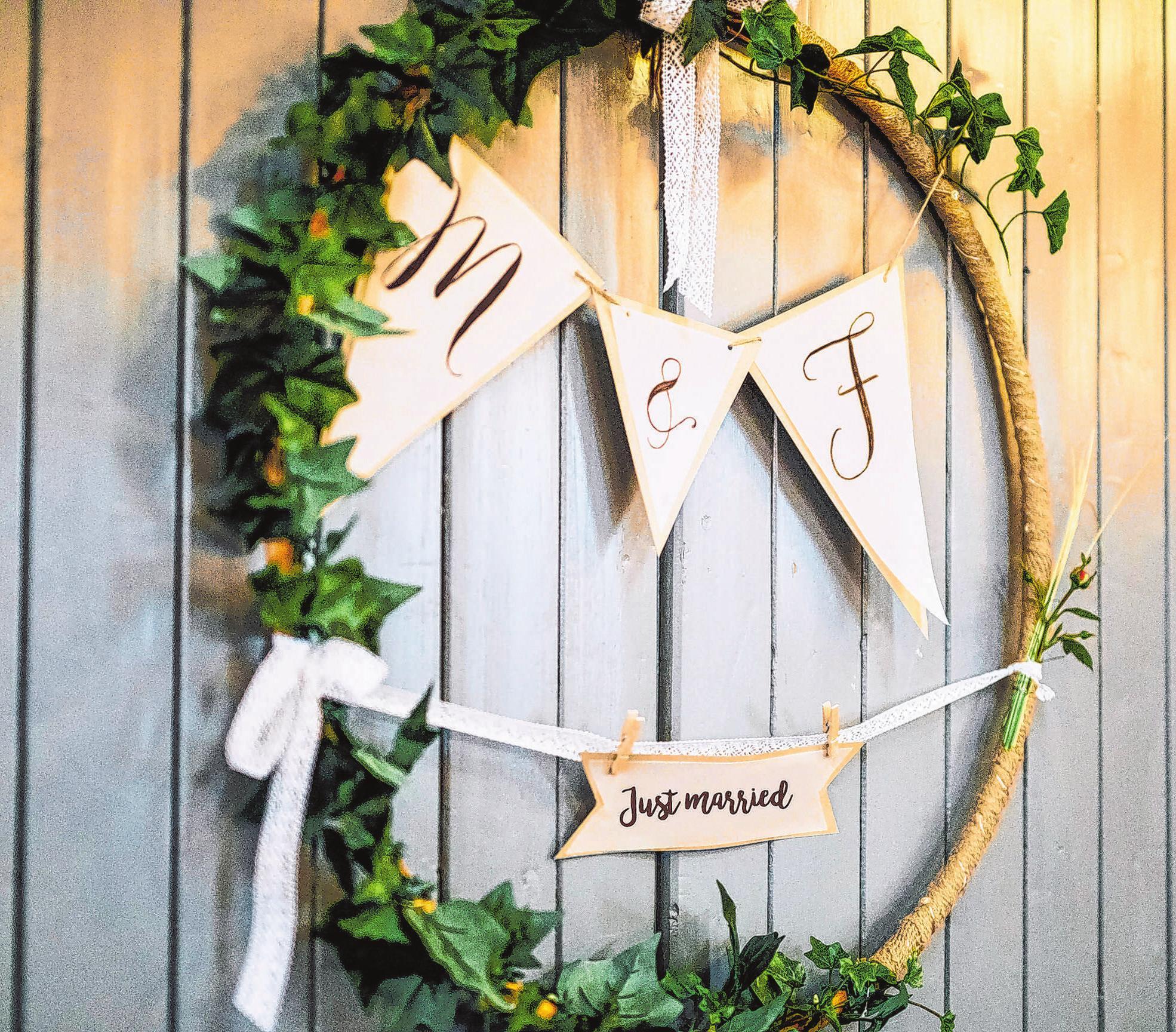 Geschmückte Reifen - die sogenannten wedding loops - sind immer öfter als Dekoration zu sehen. Foto: Paul Träger/dpa-mag