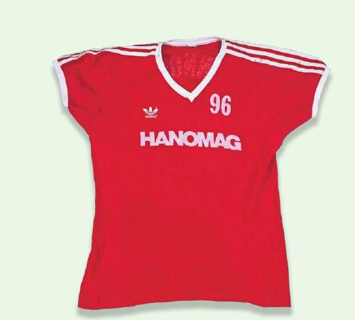 1981/1982 DRITTER SPONSOR: Der Maschinenbauer Hanomag warb ab 1980 für vier Jahre auf der 96-Spielkleidung.