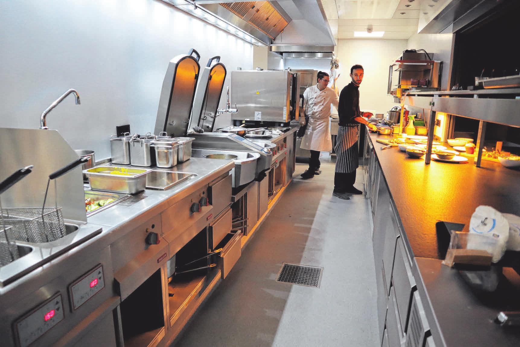 Das Küchenpersonal darf seit etwa einer Woche in der neuen Küche die Speisen zubereiten.