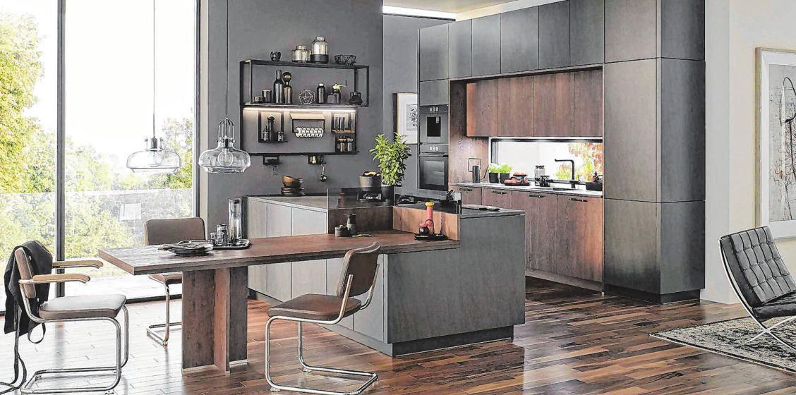 Die offene Küche mit fließenden Übergängen zum Ess- und Wohnbereich ist nach wie vor sehr gefragt. Dunkle Farben und markante Hölzer sind angesagt und schaffen ein behagliches Ambiente. Fotos: amk