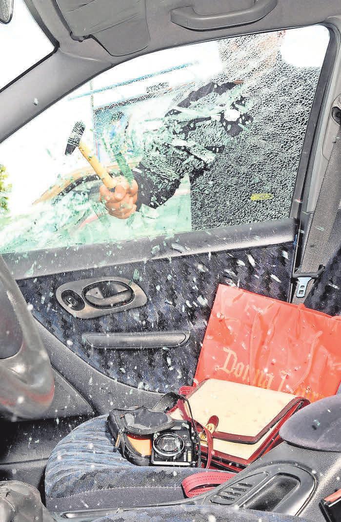 Handtaschen und andere Wertgegenstände, die sichtbar im Auto liegen, sind für Langfinger einfache Beute. Foto: Allianz/dpp