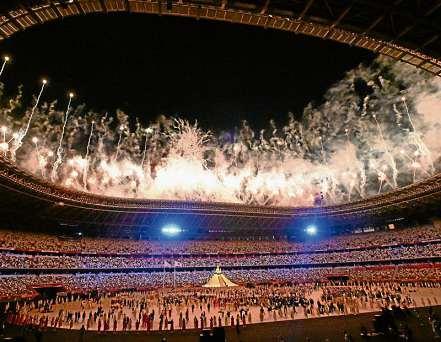Das Feuerwerk im Olympiastadion fällt zur Eröffnung der Spiele ungewöhnlich dezent aus. FOTO: SWEN PFÖRTNER / DPA