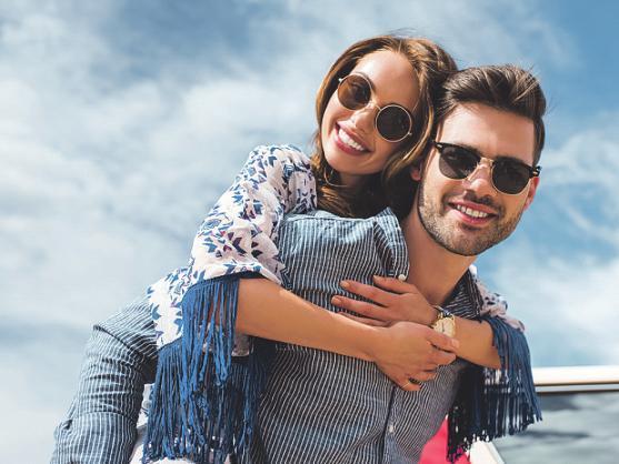 Das Tragen einer Sonnenbrille schützt die Augen gerade im Sommer. Foto: LIGHTFIELD STUDIOS/stock.adobe.com