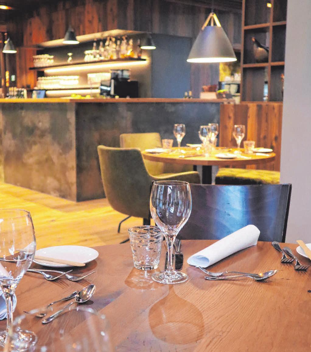 Ein schön gedeckter Tisch lädt zum Genießen ein.