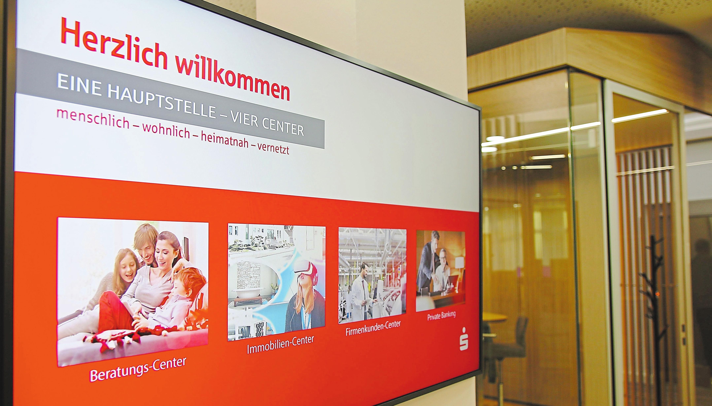 Auf mehreren großen Displays werden den Kunden wichtige Informationen und auch aktuelle Immobilienangebote präsentiert. Foto: Kreissparkasse Steinfurt