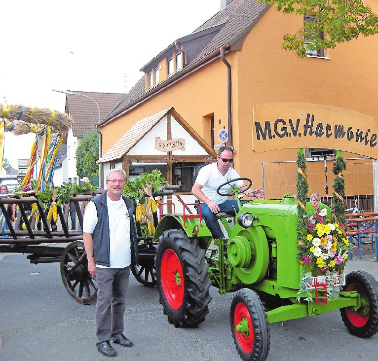 Ralf Zimmermann am Steuer, Jürgen Müller daneben: Auch dieses Jahr wird Zimmermann den Kerwekranz wieder durch die Gemeinde fahren. FOTO:MGV HARMONIE/FREI