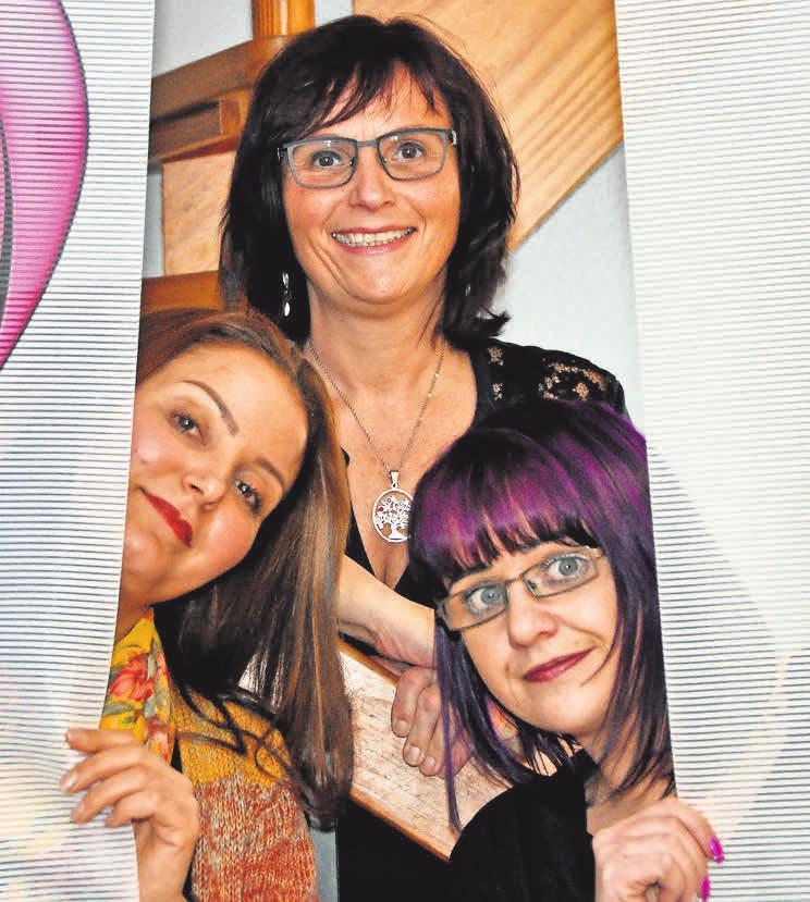 """""""Wir warten auf Kunden!"""": Nicole Beier (Mitte) vom Salon Nicoletta-Frisuren und ihre Mitarbeiterinnen Leila Ghrair (links) und Jasmin Preuschhoff"""