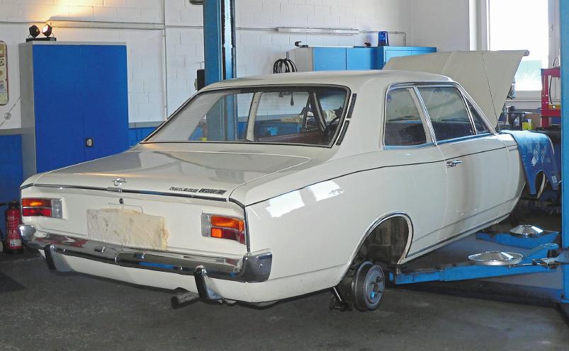 Der Opel Rekord 1700 S, Baujahr 1968, wird technisch instandgesetzt (Brems- und Abgasanlage, Fahrwerk und Motor).