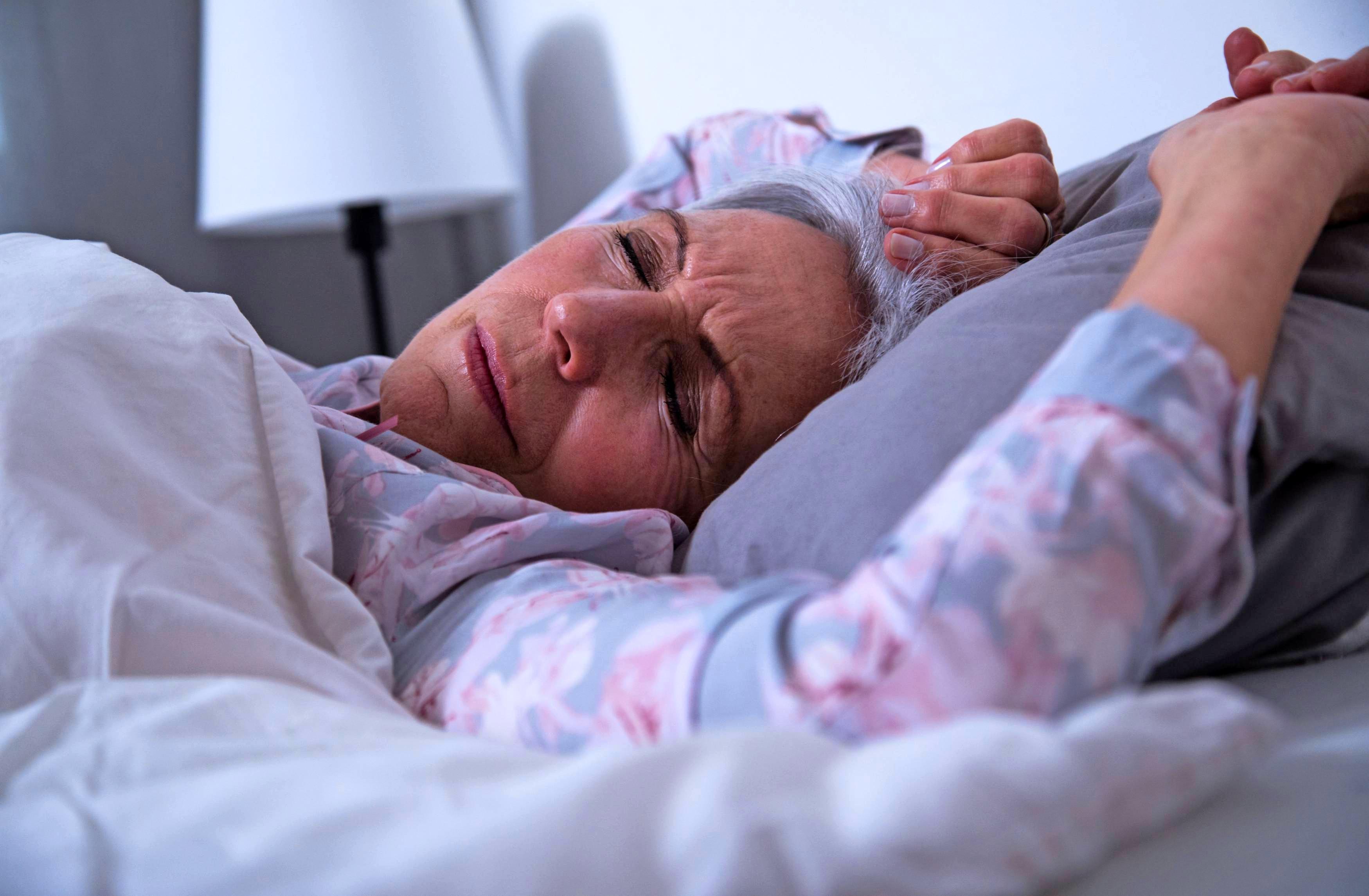 Auch chronische Schmerzen oder Erkrankungen können Ursache für eine geringe Schlafqualität im Alter sein. Foto: Christin Klose/dpa-tmn