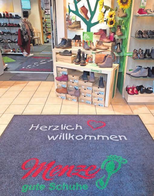 Im Schuhhaus Menze gibt es eine große Auswahl bequemer Schuhe, ebenso maßgefertigte Einlagen und ortopädische Schuhzurichtungen.